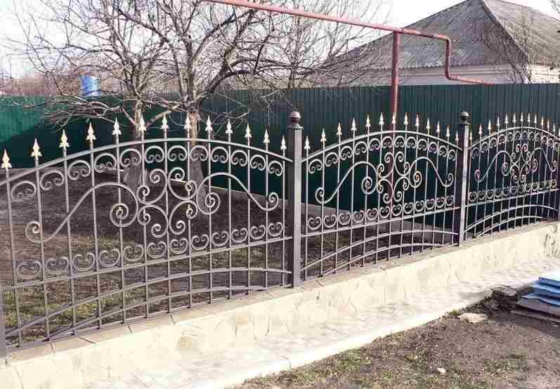 Красива ограда от ковано желязо